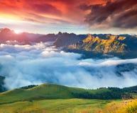 Sikt av den dimmiga Val di Fassa dalen med passoen Sella nationellt Arkivfoton