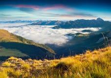 Sikt av den dimmiga Val Gardena dalen arkivfoton