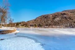 Sikt av den djupfrysta sjön Ghirla i vintern, landskap av Varese, Italien Arkivbild