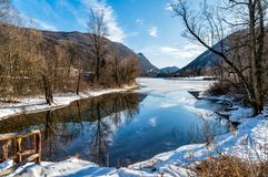 Sikt av den djupfrysta sjön Ghirla i vintern, landskap av Varese, Italien Arkivfoto