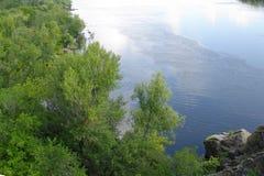 Sikt av den Dnieper flodfördämningen från den Khortytsia ön, Zaporozhye, Ukraina royaltyfri fotografi
