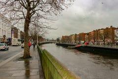 Sikt av den Dublin kanalen på en molnig dag royaltyfri fotografi