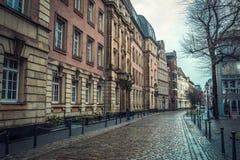 Sikt av den Dusseldorf gatan i den historiska mitten av staden arkivfoto