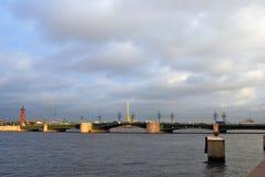 Sikt av den Dvortsovy bron över den Neva floden Arkivbild