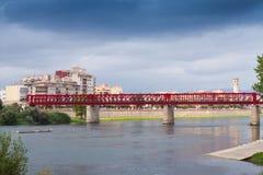 Sikt av den Ebre floden med den Ferrocarril bron Tortosa Arkivbild