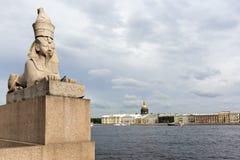 Sikt av den egyptiska sfinxen och promenaddesen Anglais Neva flod, St Petersburg Fotografering för Bildbyråer