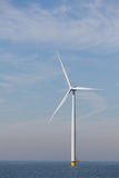 Sikt av den enkla windturbinen i den holländska Noordoostpolderen Royaltyfria Bilder