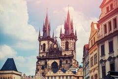 Sikt av den färgrika Prague Europa slotten och den gamla staden med tak för röd tegelplatta, Tjeckien Begreppslopp royaltyfri fotografi