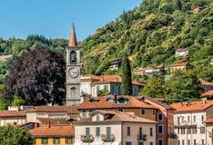 Sikt av den Filippo och Giacomo kyrkan eller den gamla kyrkan i Laveno Mombello, Varese, Italien royaltyfria bilder