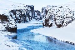 Sikt av den Fjadrargljufur kanjonen och den Fjadra floden i vinter Royaltyfri Foto