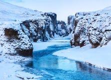 Sikt av den Fjadrargljufur kanjonen och den Fjadra floden i vinter på skymning, Island Royaltyfri Bild