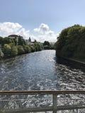 Sikt av den flödande floden från en bro i Galway, Irland, landskap Arkivbilder