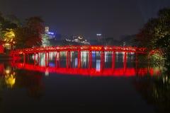 Sikt av den forntida broresningsolen på natten Hoan Kiem sjö i Hanoi, Vietnam Fotografering för Bildbyråer