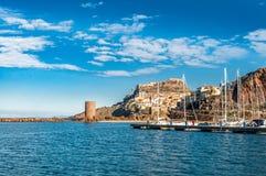 Sikt av den forntida byn från hamnen royaltyfri foto