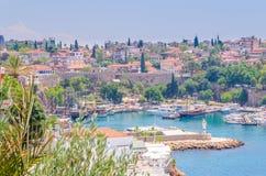 Sikt av den forntida hamnstaden av Antalya, havet och den omgeende staden Arkivbilder