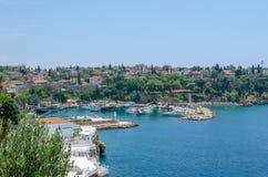 Sikt av den forntida hamnstaden av Antalya, havet och den omgeende staden Royaltyfri Foto