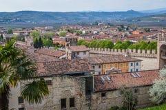 Sikt av den forntida italienare Walled staden av Soave med Crenellated torn och väggar Arkivfoton