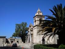Sikt av den forntida katolska kyrkan Arkivfoto