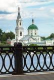 Sikt av den forntida kloster av StCatherine på Volgaet River från den motsatta fot- invallningen Stad av Tver, Ryssland arkivbild