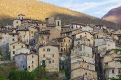 Sikt av den forntida staden av Scanno Arkivfoto