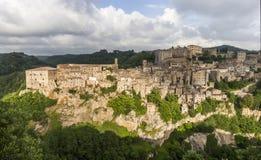 Sikt av den forntida staden av Sorano, Italien royaltyfria foton