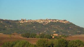 Sikt av den forntida staden av Montepulciano på den September morgonen italy tuscany arkivfilmer