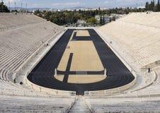 Sikt av den forntida stadion av den första OS:en i vit marmor - Panathenaic stadion - i staden av Aten, Grekland arkivfoto