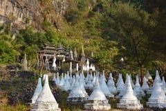 Sikt av den forntida träkloster på foten av berget Arkivbilder