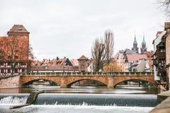 Sikt av den fot- bron och de olika byggnaderna och husen i vinter i Nuremberg i Tyskland 1 fågelflyg s Arkivbilder