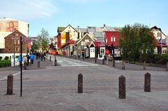 Sikt av den fot- gatan av den Reykjavik staden royaltyfri bild