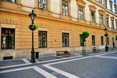 Sikt av den fot- gatan i mitten av den Budapest staden royaltyfria bilder