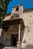 Sikt av den främre fasaden av den kyrkliga Notre-Dame de Beauvoir arkivbild