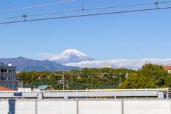 Sikt av den Fuji bergblicken på från drevstationen Mishima Arkivfoto