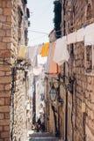 Sikt av den gamla branta gatan i Dubrovnik royaltyfri foto
