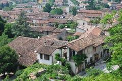 Sikt av den gamla byn Arkivbild