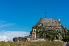 Sikt av den gamla fästningen, klockan och korset, Korfu ö, Grekland Royaltyfria Bilder
