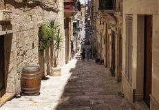 Sikt av den gamla historiska gatan i Valletta/Malta Bildshower arkivbild