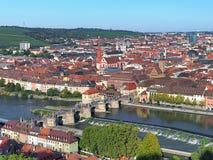 Sikt av den gamla huvudsakliga bron i Wurzburg, Tyskland Royaltyfri Fotografi
