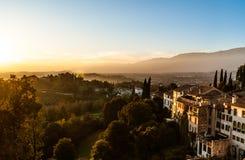 Sikt av den gamla italienska staden Asolo på solnedgången från kullen med forntida byggnader Arkivbilder