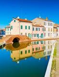 Sikt av den gamla italienska staden med färgrika hus Royaltyfri Foto
