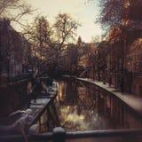 Sikt av den gamla kanalen av Utrecht i vintern Royaltyfria Foton