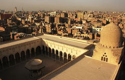 Sikt av den gamla minaret för Kairoformmoské Arkivfoto