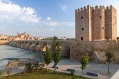 Sikt av den gamla romerska bron med det Calahorra tornet, Spanien royaltyfri bild