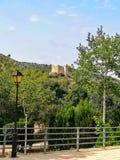 Sikt av den gamla slotten av Gaibiel med skogen under arkivbilder