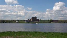 Sikt av den gamla slotten Hameenlinna på en molnig dag finland arkivfilmer
