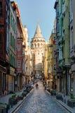 Sikt av den gamla smala gatan med det Galata tornet, Istanbul Fotografering för Bildbyråer