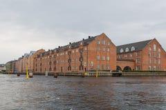 Sikt av den gamla staden för Köpenhamn från kanalen, Danmark royaltyfri bild