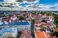 Sikt av den gamla staden från kyrkligt torn för St Olafs, i Tallinn, Royaltyfri Foto
