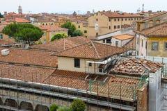 Sikt av den gamla staden från det lutande tornet Pisa Fotografering för Bildbyråer