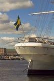 Sikt av den gamla staden Gamla Stan med den historiska högväxta gårdfarihandlaren för AF för seglingskepp på den Skeppsholmen ön  royaltyfri fotografi